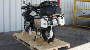 BMW auf Holzsockel noch fest verzurrt